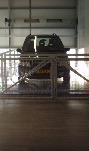 De AB autoschaarlift is speciaal ontworpen voor gebruik in openbaar toegankelijke garagebedrijven.